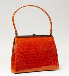 KWANPEN. SAC trapèze en crocodile orange, garniture en métal argenté, fermoir à cadre, anse. (...)