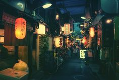 MasashiWakui 日本街頭攝影師他經常經常拍攝日本晚上的街道、後巷每張照片看起來都像是日本動畫中的場景一樣圖片來源:boredpanda ... 迷走在東京街頭的夜間攝影!畫面美的像是「神隱少女」的真實場景 (13P) ,卡提諾論壇 (攝影,日本,夜晚,巷弄)