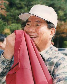 2002년 대통령 후보 시절, 북한산 산행에 나선 노 대통령의 모습입니다. 가을이었는데요, 좀 더웠는지 입고온 점퍼를 벗어드셨네요.