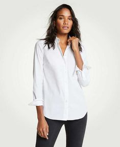 Shop Ann Taylor for effortless style and everyday elegance. Our Petite Perfect Shirt is the perfect piece to add to your closet. Work Wardrobe Essentials, Fashion Essentials, Capsule Wardrobe, Shorts Negros, Driven By Decor, White Button Up, Office Fashion, French Fashion, Style Fashion