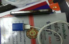 Um tailandês de 28 anos morreu esta semana enquanto usava um iPhone 4S conectado à tomada, de acordo com uma publicação local. O homem foi encontrado no chão com o aparelho queimado em sua mão esquerda e a suspeita da polícia é que ele tenha sido eletrocultado pelo carregador de bateria.A foto divul