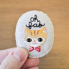 Oh Fab - mano gato naranja bordado broche suave - regalo para el amante de gato - bordado de joyas hecho a la medida