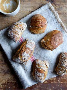 Det er meget sjældent, at jeg spiser brød, men når jeg gør, så skal det være den gode slags med surdej og gerne ølandshvede. Disse boller er nok de bedste jeg har bagt, så hvis du er så heldig at have