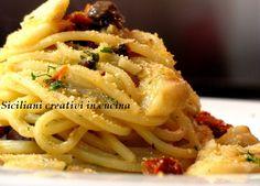 Voglia di una pasta semplice ma dai sapori intensi? Allora non perdete questi spaghetti alla chitarra con baccalà, olive nere di Gaeta, pomodori secchi e capperi. Ovviamente non mancano un po&#8217…