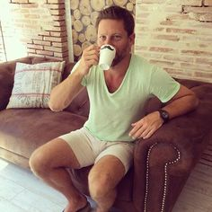 Stefan disfrutando de un buen cafe después de un buen corte con Chris  / Stefan enjoying a good coffee after a great cut with Chris  #Statustars