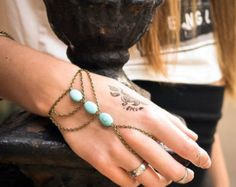 XMAS SALE Hand Chain Bracelet Hand Bracelet Piece Ring Hipster Bronze Chain Bohemian Boho Three Turquoise Beads Triangle Chevron Hand Jewelr €4,13 EUR FunnyPeopleCo  To buy for me de Marta en Etsy
