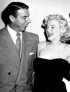 Joe DiMaggio & Marilyn Monroe at Bob Hope's house party, He looks at her like he can't believe she's real and that she is in love with him! He really loved her. Joe Dimaggio Marilyn Monroe, Marilyn Monroe Life, Marilyn Monroe Photos, Old Hollywood Stars, Classic Hollywood, Vintage Hollywood, James Dean, Bruce Lee, It's All Happening