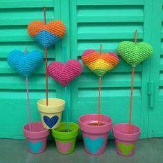 macetas pintadas y tutores en crochet