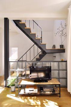 剛史さんは、ソファに座ってガラスブロックと階段を眺めるのがお気に入り。TV stand