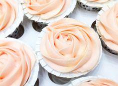 Cream Cheese frosting – en nem og lækker creme! Ingredienser (nok til 12 cupcakes) 150 g blødt smør 200 g flormelis 100 g flødeost (f.eks. Philadelphia – ikke light) 1/2 citron evt. pastafarve Tip A: Hvis du anvender en køkkenmaskine bruger du spartlen, hvis du bruger håndmikser skal du anvende piskeris til at røre cremen. …