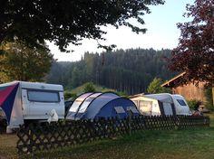 Camping Michelnhof. St. Johann in Tirol. Østrig. Radiotårnet på toppen af Kitzbüheler Horn kan skimtes hen over skovene.