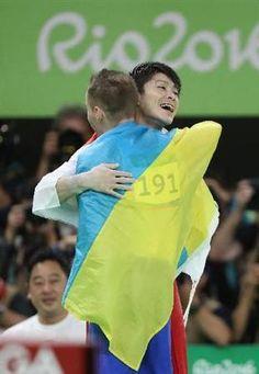 男子個人総合決勝 金メダルを獲得した内村航平は、最後まで争ったウクライナのオレグ・ベルニャエフと健闘を称える=リオ五輪アリーナ (撮影・大橋純人)