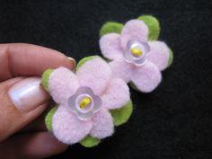 Ganchitos de flores, en fieltro con botones por María Tenorio, via Flickr