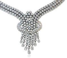 Der Schmuckteil trägt 301 strahlende #Diamanten (insgesamt 13,039 ct.), gehalten in Krappenfassungen. Das #Design des prächtigen Halsschmucks erinnert an einen Wasserfall. Eine Schärpe aus Diamanten, Pavee gefasst, legt sich um das Collierteil. Das Collier ist aus 18 kt. Weißgold gearbeitet.  http://schmuck-boerse.com/halsschmuck/116/detail.htm http://schmuck-boerse.com/index-gold-halsschmuck-5.htm