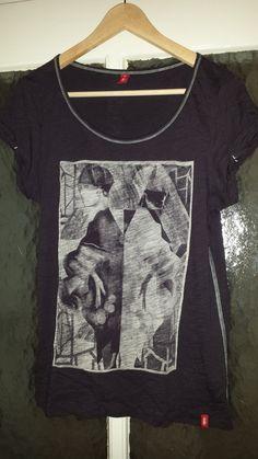 Es handelt sich hier um ein #cooles #casual #shirt von #edc_by_esprit in der Farbe lila. Größe M. Der Druck befindet sich ...