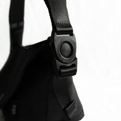 ■ONE SHOULDER mini Blackサイズ:横幅 32cm × 高さ 15cm × マチ幅 12.5cm重さ:330g※作品紹介の動画になります。https://www.youtube.com/watch?v=VAPB-WBGVew◆Black定番の黒は持つ人のスタイルを選びません◆使用素材・ポリエステル 弱撥水・ナイロン・10コイルファスナー存在感のある無骨なファスナーは滑りの良さと頑丈さを兼ね備えています。・ドイツ製ホック一定方向にスライドさせないと解除されない特殊マグネットホックです。◆コンセプト休日の相棒となるストレスフリーなワンショルダーバッグ。散歩やサイクリング、電車やドライブなど休日には様々なシーンが想定されます。そんな様々なシーンでも必ずバッグの着脱やアイテムの出し入れがあります。しかし、いざバッグを下ろそうとしてもなかなか外せなかったり、ホックの開け閉めにイライラしたりする事も少なくありません。このような使いづらさを解消する機能性を持たせながらも、見た目はミニマルでスタイルを選ばないデザインとなっています。◆ス...