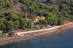 Villa de Lujo en Altea Impresionante, primera linea de playa, junto a un pequeño puerto doportivo con playa privada. La vivienda consta de : Planta semisotano dispone de un salon de grandes dimensiones, gimnasio y 2 dormitorios de servicio con aseo. Planta baja: 2 salones, cocina, aseo, despacho.. 3 dormitorios, 2 baños, un pequeño salon con terraza. La vivienda se enclava en una parcela de 5045 m2, con abundante arbolado, piscina y acceso direccto al mar. +34872980381…