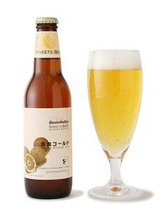 """湘南ゴールド Brewery:サンクトガーレン ABV:5% Type:Fruits ale Info:湘南ゴールドは、神奈川県が12年をかけて開発したオレンジで、未だ県内でも入手困難な稀少品。皮がレモンのように黄色で、中身はオレンジ。他のオレンジ類を圧倒する華やかな香りを持っていて""""まるで香水のよう""""と言われるほど。  その香りが醸造担当者の目、ならぬ鼻に留まりこのビールが誕生しました。華やかな香りを最大限ビールに活かすため、果汁だけではなく皮も実も丸ごと果実を使用。 アロマホップも柑橘系の香りが特徴のものを使用し、グラスに注いだ瞬間から飲み終えた後のゲップまで、とことんオレンジです。瑞々しくジューシーな風味が口中に広がり、後味には柑橘の皮特有のマーマレードのような苦味を感じます。"""