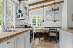 Miete Ferienhaus 1343-N in Harestien 6, Asserbo Danish Interior Design, Kitchen Island, Table, Furniture, Home Decor, Cottage House, Decorating, Island Kitchen, Decoration Home