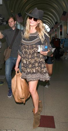 179685682e1 Chic accessories  The 31-year-old singer added a leather backpack and a
