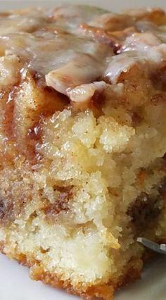 Apple Cinnamon Roll Cake | If you like cinnamon rolls, you'll love this easy apple dessert recipe.