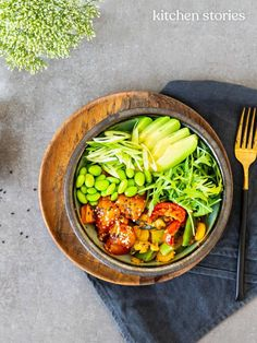 Zucchini-Quinoa Poke Bowl mit Lachs Zucchini Quinoa, Quinoa Bowl, Avocado, Kitchen Stories, Healthy Recipes, Healthy Food, Salads, Food And Drink, Fruit