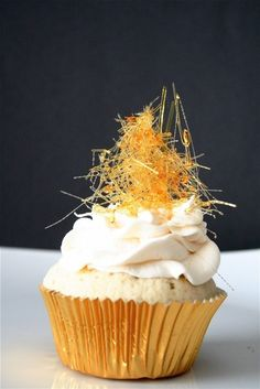 Champagne Cupcakes with Champagne Buttercream. New Year cupcakes! Frosting Recipes, Buttercream Frosting, Cupcake Recipes, Dessert Recipes, Fluffy Frosting, Mini Cakes, Cupcake Cakes, Cupcake Art, Just Desserts