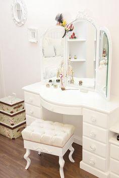 Veja como usar penteadeiras modernas na decoração do seu quarto e como um item de organização de acessórios importantes.