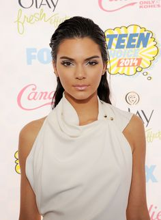 Pin for Later: The Best Beauty Looks at the Teen Choice Awards Kendall Jenner At the 2014 Teen Choice Awards, Kendall Jenner channeled older sister Kim with slicked-back hair, bold brows, and sun-kissed skin. Kendall Jenner Makeup, Kendall And Kylie Jenner, Teen Choice Awards 2014, Looks Teen, Jenner Girls, Happy Birthday, Bold Brows, Slicked Back Hair, Flawless Makeup