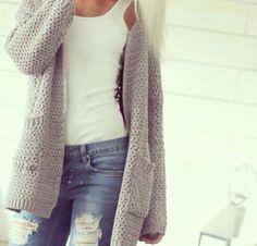 Jeans claros rotos - polera blanca y chaleca larga ploma
