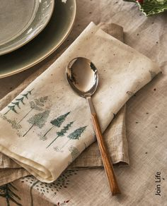 Stämningsfullt och inspirerande – spana in julen på Zara Home Printed Napkins, Printed Linen, Linen Napkins, Christmas Table Cloth, Christmas Table Decorations, Weaving Loom Diy, Creative Christmas Gifts, Zara Home Collection, Fabric Stamping