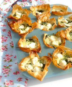 Een lekker recept voor mini hartige taartjes met feta en spinazie, leuk voor op een feestje.