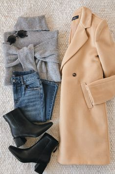 A classic tan trench coat outfit for chilly days. Keep cozy in this structured j. - A classic tan trench coat outfit for chilly days. Keep cozy in this structured jacket while looking - Winter Fashion Outfits, Fall Winter Outfits, Look Fashion, Autumn Winter Fashion, Outfits For Rainy Days, Chilly Day Outfit, Swag Fashion, Indie Fashion, Modest Fashion