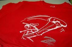 Camiseta roja serigrafiada en blanco y plata para grupo de Capoeira Zambia Congo