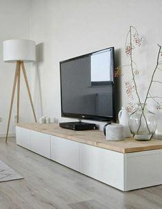 meuble en bois, sol en parquet, lampe debout en bois, meuble télé noir, plante décorative