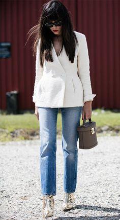 Street style look blazer branco e bota metálica.