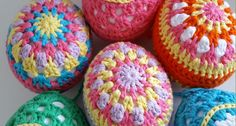 Love making granny squares? Why not try making a granny square egg this Easter. Designed by Maria from @dinki_dots