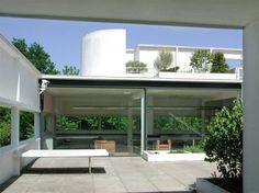 Mooie architectuur buiten #Parijs. Villa Savoye ontworpen door Le Corbusier. Op Parijs1900 http://www.parijs1900.nl/villa-savoye/