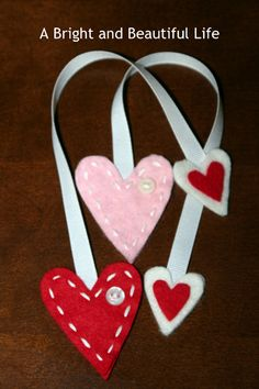 DIY: Adorable and easy felt heart bookmark - Valentine's Day Valentines Day Party, Valentine Day Crafts, Vintage Valentines, Holiday Crafts, Valentine Wreath, Valentine Ideas, Valentine Heart, Diy Bookmarks, How To Make Bookmarks