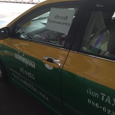 """ซึ้งใจหลายๆ!!หญิงคนนี้โบก """"#แท็กซี่"""" ขึ้นไปนั่งกำลังถ่ายรูป """"ป้ายทะเบียน"""" ส่งเพื่อน! แต่ต้องสะดุดตาเห็น """"กระดาษ"""" แปะที่กระจก?? ถึงกับน้ำตาคลอ แชร์โซเชียลมือไม้สั่น"""