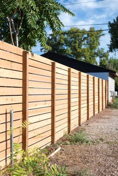 Horizontal Slatted Fence Tutorial + My FAVORITE DIY App - Vintage Revivals backyard design diy ideas Diy Privacy Fence, Privacy Fence Designs, Patio Fence, Diy Fence, Cedar Fence, Backyard Fences, Backyard Landscaping, Fence Ideas, Wood Fence Gates