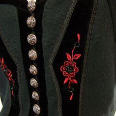 Sehr schönes schwarzes Trachenmieder, mit Samtbesätzen und roter Stickerei mit Perlen. Verschlossen wird es mit silbernen Knöpfen vorne. Die Bluse ist nicht dabei. Das Mieder ist kaum getragen...