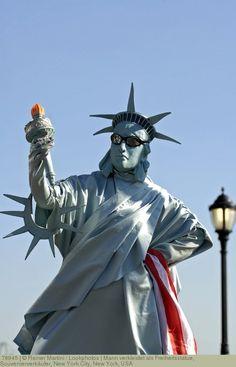 Mann verkleidet als Freiheitsstatue, Souvenierverkäufer, New York City, New York, USA