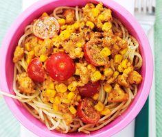 Majs- och kycklinggryta är en rätt som de flesta i familjen uppskattar. Pasta kokas enligt anvisningar. Passa då på att förbereda kycklinggrytan där färsen steks, grädde tillsätts ihop med buljong, tomatpuré, timjan, majsen med spadet och så blanda ihop. Servera sedan med den nykokt pasta och tomathalvor.