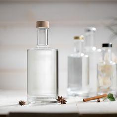 Runde Lösung mit klarer Linie: Unsere VIVA-Flasche wurde speziell für hochwertige Spirituosen wie Gin, Whiskey, Obstdestillate oder Liköre entwickelt. Ein Zusammenspiel aus modernem Design und einzigartiger Qualität! Gin, Wrapping, Glass Bottles, Contemporary Design, Paper Board, Circuit, Wedding, Jeans