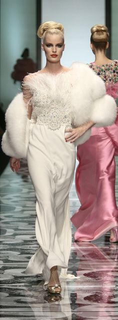 Valentino Fall For the faux fur. Couture Fashion, Runway Fashion, Fashion Show, Fashion Design, White Evening Gowns, White Gowns, Armani Prive, Beautiful Gowns, Beautiful Outfits