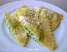 ravioli ricotta e zucchine 2 Ricotta Ravioli, Spatzle, Pizza, Pasta Maker, Tortellini, Food Illustrations, Gnocchi, I Foods, Food Art