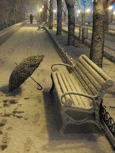 Umbrella.  Me encanta esta imagen, la nieve, el paraguas abandonado,el banco helado en el que no te puedes sentar......