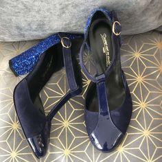 Salomé en velours bleu marine, vernis bleu marine et paillettes bleues, talon 8cm Bleu Marine, Heels, Fashion, Blue Glitter, Blue Shoes, Blue Velvet, Smooth Leather, Custom Shoes, Pumps