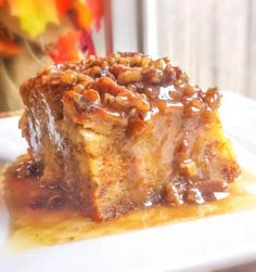 Pumpkin Praline Bread Pudding - this dish sounds so rich and comforting. A pumpkin bread pudding with a delicious rich praline sauce and lots of pumpkin pie spices! Fun Holiday Desserts, Köstliche Desserts, Dessert Recipes, Thanksgiving Desserts, Pudding Desserts, Thanksgiving Sides, Dessert Bread, Breakfast Dessert, Breakfast Casserole